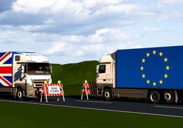 Camion britannique et camion européen qui se croisent après le Brexit