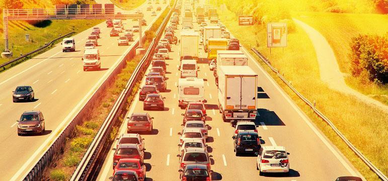 Autoroute avec trafic dense pendant les fortes chaleurs