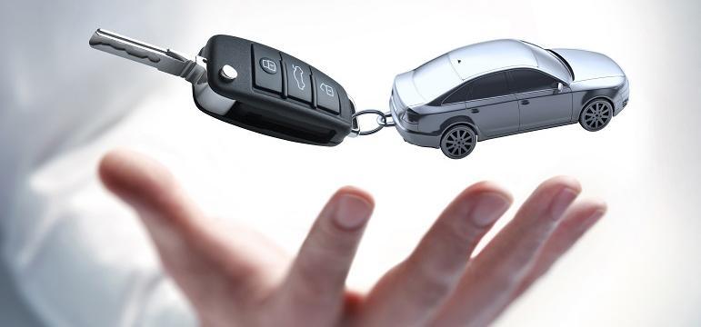 Professionnel qui tient une clé de voiture dans sa main