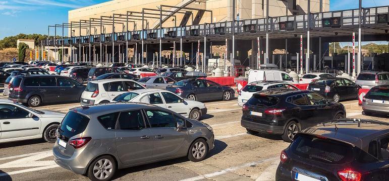 Embouteillages au péage sur autoroute