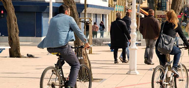 Professionnels qui se déplacent à vélo