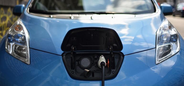Voiture électrique en cours de recharge