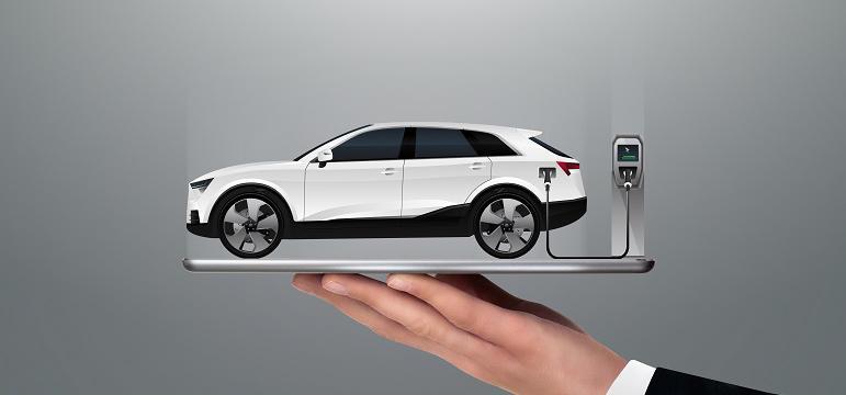 Vendeur qui porte une voiture électrique en recharge